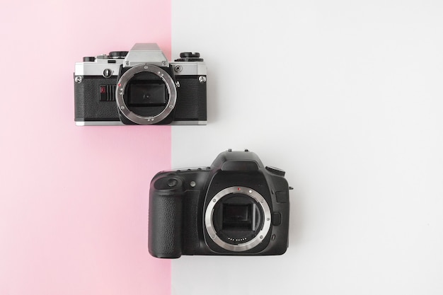 Digitale versus analoge slr-camera op pink copyspace