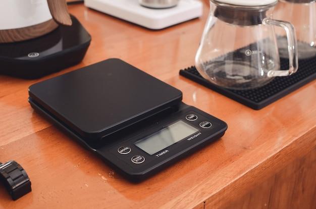 Digitale weegschaal voor het meten van koffie, coffeeshopconcept
