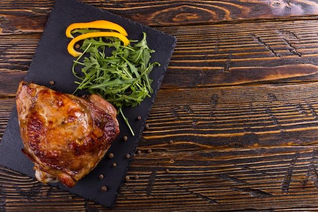 Dij turkije gebakken in de oven met kruiden op zwarte stenen bord