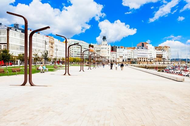 Dijk in het centrum van de stad a coruna in galicië, spanje