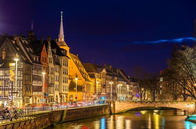 Dijk van de ill rivier in straatsburg - elzas, frankrijk