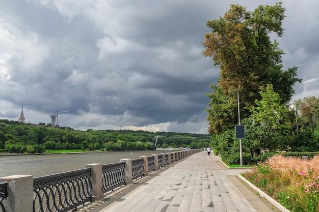 Dijk van de moskou-rivier op het grondgebied van het luzhniki-stadion.