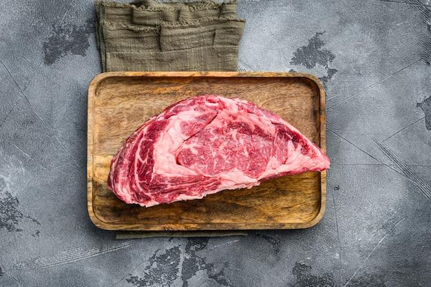 Dik gesneden rauw rundvlees rib eye. gemarmerde biologische vlees ribeye steak