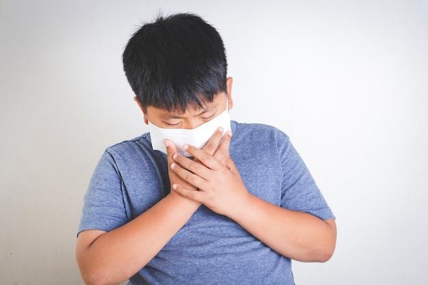 Dikke aziatische kinderen dragen maskers, mondkapjes, om het coronavirus te voorkomen