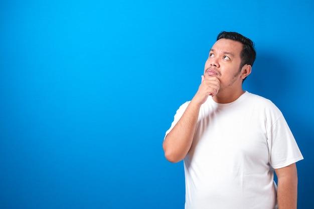 Dikke aziatische man draagt een wit t-shirt geïsoleerd