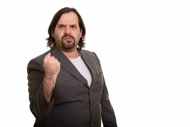 Dikke blanke zakenman kijkt boos met opgeheven arm geïsoleerd op wit
