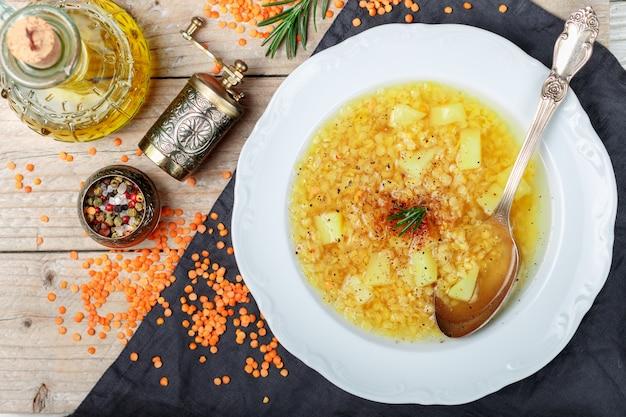 Dikke hete linzensoep met aardappelen