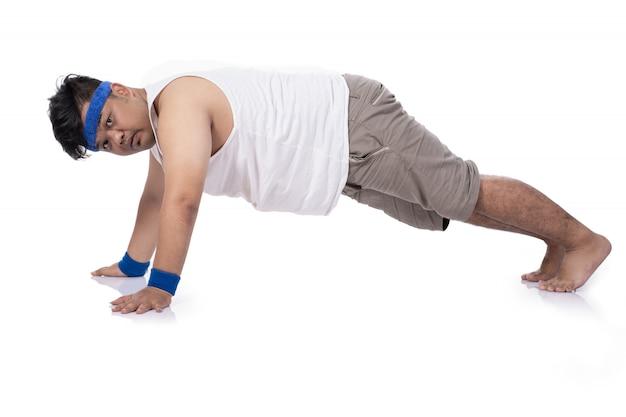 Dikke jonge man probeert harder te doen push-up