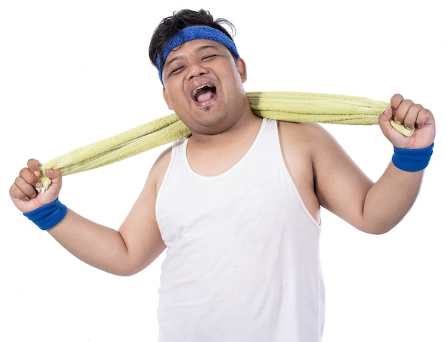 Dikke jonge mannen lachen na het sporten met een handdoek