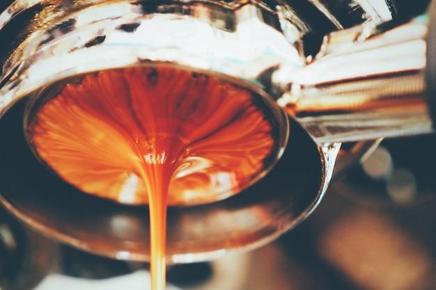 Dikke koffie vallen van een machine
