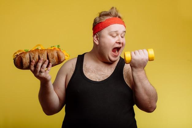 Dikke man fastfood hamburger eten
