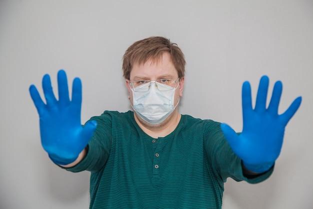 Dikke man in masker en handschoenen vraagt om te stoppen