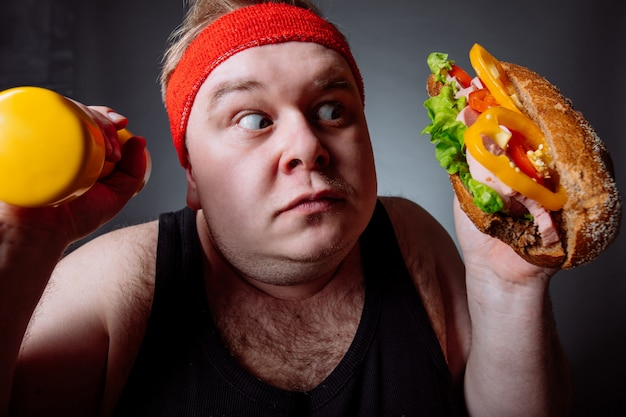 Dikke man keuze tussen sport en fast food