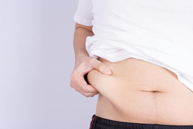 Dikke man met overmatig dikke buik, overgewicht vette buik geïsoleerd grijze achtergrond. dieet levensstijl, gewichtsverlies, maagspier, gezond concept.