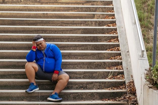 Dikke man was moe en ontmoedigd om te sporten