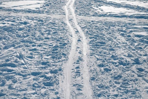 Dikke skipiste op vertrapte sneeuw