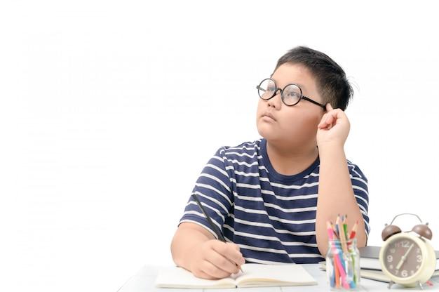 Dikke student die denkt terwijl hij zijn huiswerk maakt