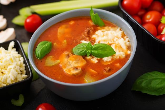 Dikke tomatensoep met rundergehakt, champignons en selderij.