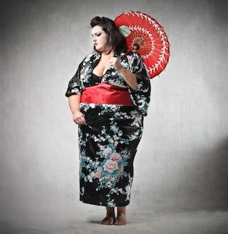 Dikke vrouw die een oosterse jurk draagt