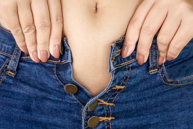 Dikke vrouw probeert strakke jeans te dragen