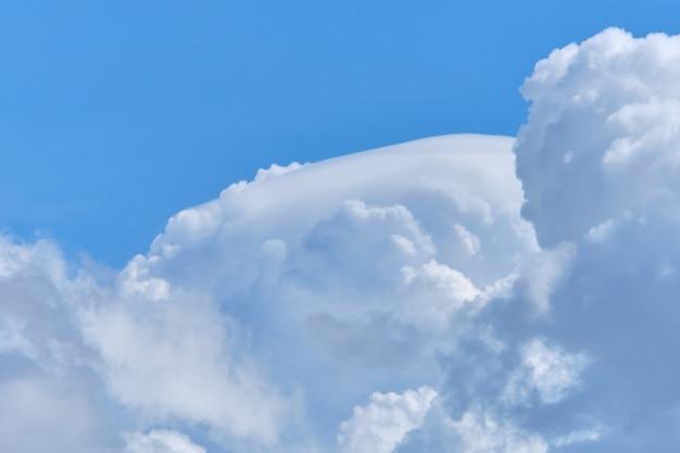 Dikke wolken hoog aan de hemel in de zomer van dichtbij.