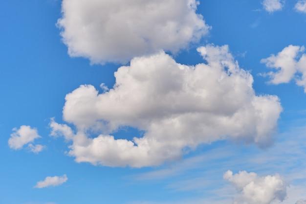 Dikke wolken in de zomer heldere hemel.