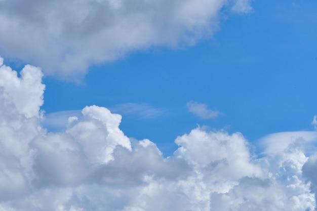 Dikke wolken in de zomer heldere lucht en kopieer de ruimte.