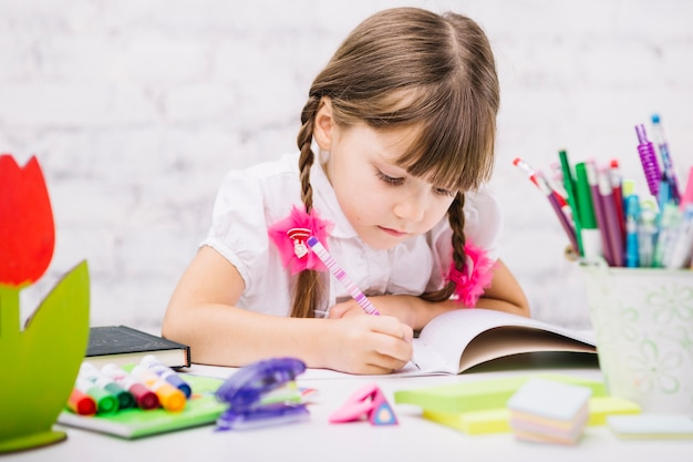 Diligente schoolmeisje doen huiswerk