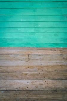 Dimensionale kamer met een houten lambrisering muur en houten vloer.