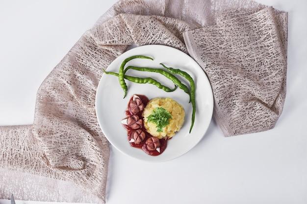 Diner menu met gebakken worstjes, aardappelpuree en bonen, bovenaanzicht.