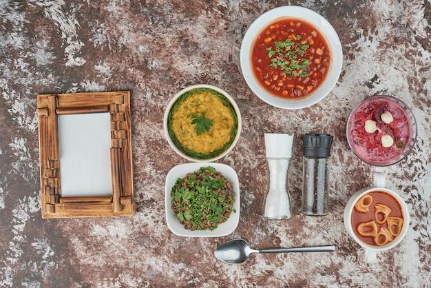 Diner menu op een marmeren achtergrond.