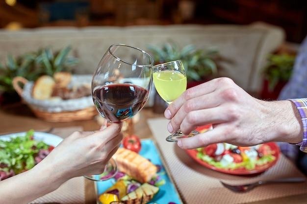 Diner met vrienden van familie geserveerd in een restaurant