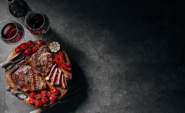 Diner voor twee met steaks en rode wijn