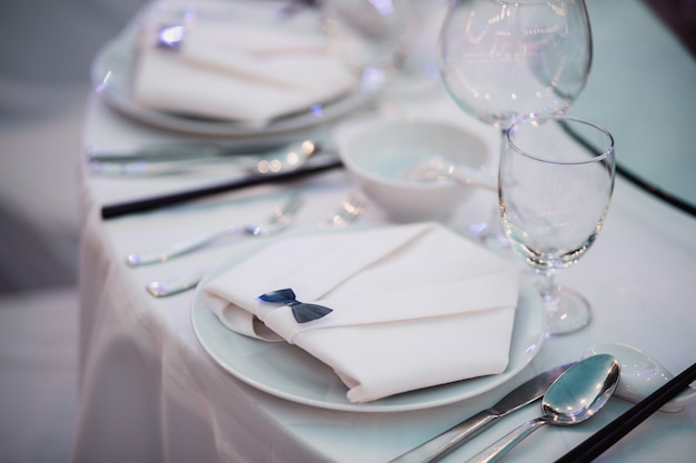 Dinerlijst, lege die glazen in restaurant worden geplaatst
