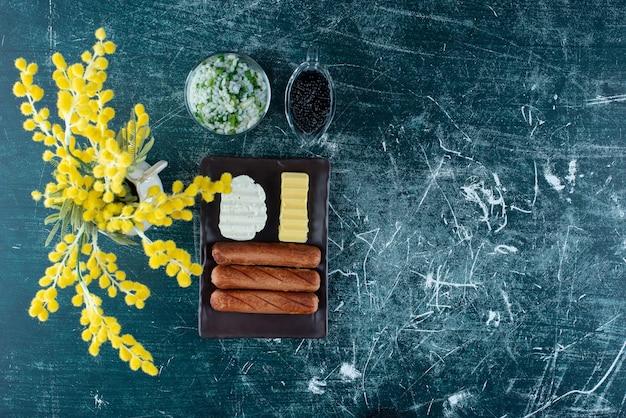 Dinermenu met risotto, zwarte kaviaar en bijgerechten.