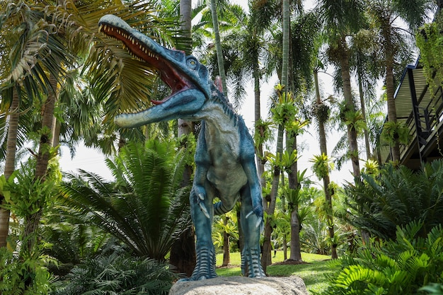 Dinosaurussen standbeeld in de botanische tuin