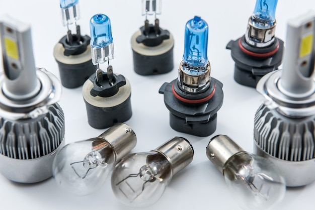 Diod en halogeen gloeilampen geïsoleerd op wit. elektrische glazen lamp voor automatische koplamp