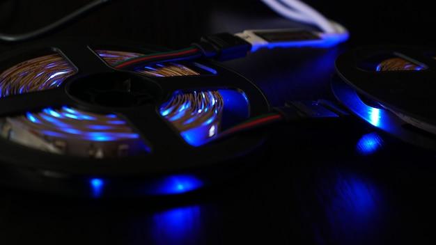 Diodestrip voor decoratie van interieurs. led verlichting band. blauwe kleur op donker