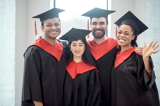 Diploma uitreiking. een gezelschap van afgestudeerden dat er gelukkig en opgewekt uitziet