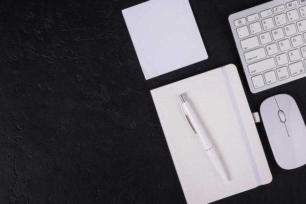 Direct boven kantoorwerkplek met notebook en toetsenbord en muis met kopie ruimte