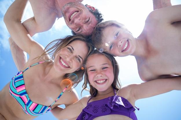Direct onder schot van gelukkige familie ineengedoken