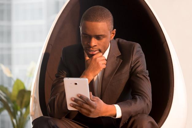 Directeur die lijst op tablet in avond controleren te doen