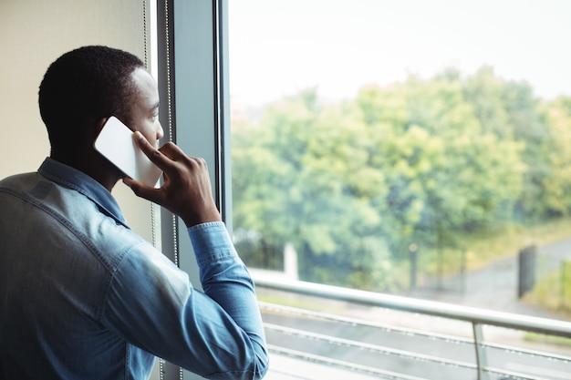 Directeur die op mobiele telefoon spreekt