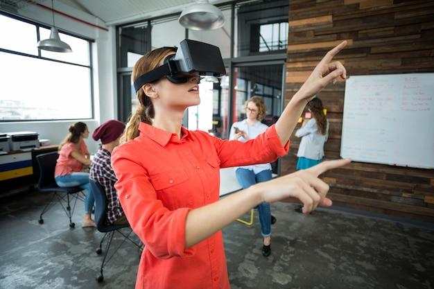 Directeur met behulp van een virtual reality headset