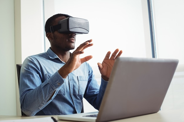 Directeur met behulp van virtual reality headset