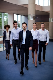 Directeuren die in de lobby van een conferentiecentrum lopen