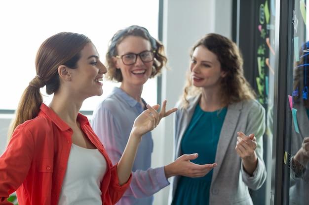 Directeuren die met elkaar in bureau bespreken