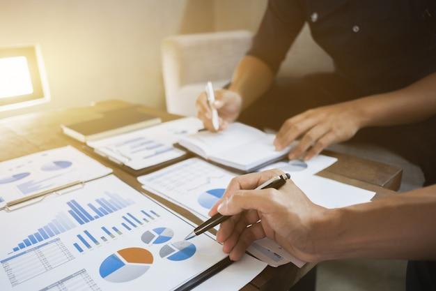 Directeuren die op taxatiedatadocument analyseren