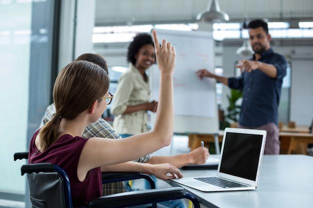 Directeuren die over flip-over tijdens vergadering bespreken