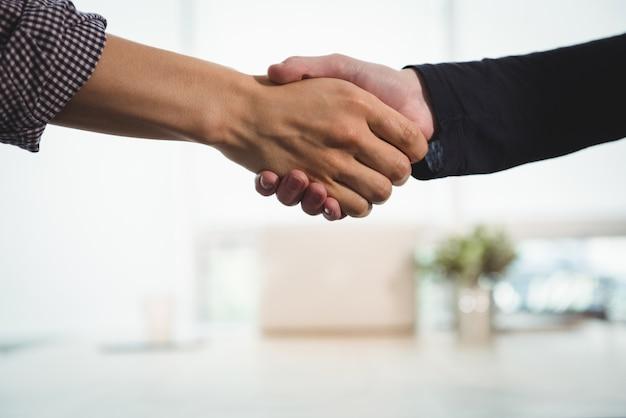Directeuren schudden handen met elkaar